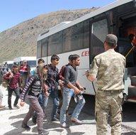 Erzincan'da kaçak göçmenler arızalanan otobüste yakalandı