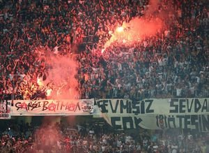 Beşiktaş taraftarından Lyon'a geceyarısı sürprizi!