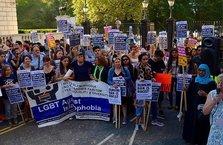Londra'da 'tesettür mayo yasağı' protestosu!
