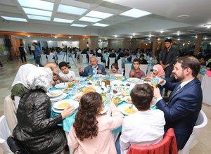 Albayrak ailesi Suriyeli yetimlerle iftar yaptı