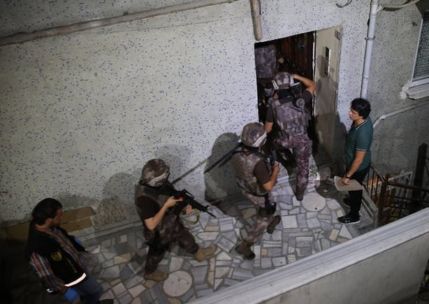 Aksaray Mahallesi'nde kalaşnikoflu-molotoflu çete savaşı