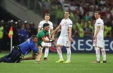 Polonya - Portekiz maçında sahaya taraftar girdi!