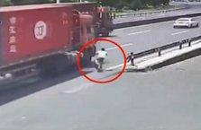 Bisiklet sürücüsü TIR'a böyle çarptı!