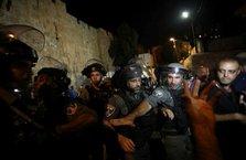 İşgalci İsrail'in polisleri namaz kılan Müslümanlara saldırdı