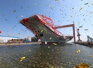 Çin'in ilk yerli yapım uçak gemisi suya indirildi