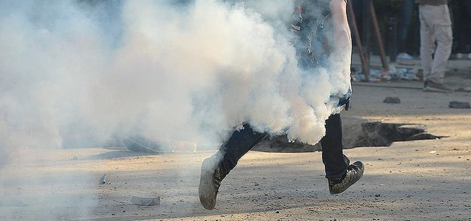 SELANİK'TE TÜRK KONSOLOSLUĞU ÖNÜNDEKİ POLİSLERE MOLOTOFLU SALDIRI