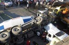 Kadıköy'de beton mikseri aracın üstüne uçtu