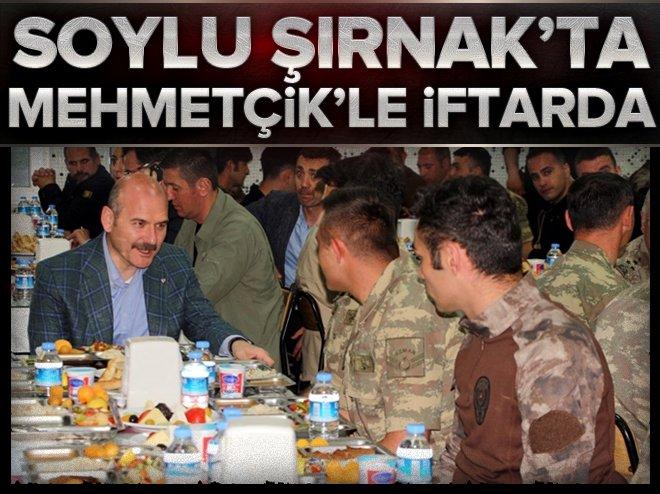 İçişleri Bakanı Soylu, iftarını asker ve güvenlik korucularıyla birlikte yaptı width=