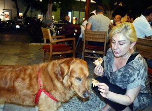 Muazzez Ersoy köpeğine pizza yedirdi