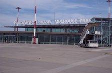 İsviçre Mulhouse Freiburg Havaalanı'na uçak düştü