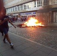 Hamburg yanıyor Türk kadınları bakın nasıl izliyor