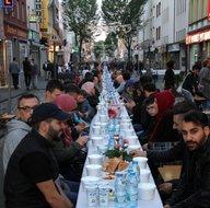 Almanya'da bombalanan sokakta iftar