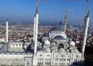 Dünyanın en büyük alemi Çamlıca Cami'sine takıldı