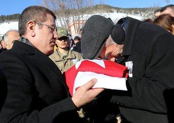 Oğlunun al bayrağı ile gözyaşlarına boğuldu