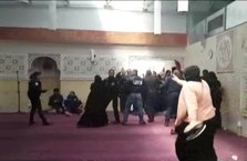 Camide namaz kılanlara saldırdılar!
