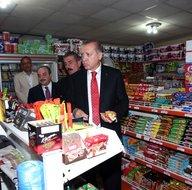 Cumhurbaşkanı Erdoğan Rize'de çocuklara çikolata dağıttı