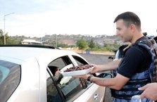 Teröristlerden temizlenen Sur'da polisten vatandaşlara su ve hurma ikramı