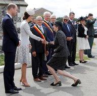 İngiltere Başbakanı Theresa May, kraliyet ailesinin önünde diz çöktü