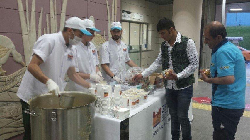 Marmaray yolcularına iftar vakti güzel sürpriz
