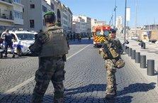 Fransa'da terör paniği! Araç otobüs durağına daldı