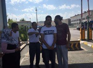 'Hero' yazılı tişörtle duruşmaya gelen sanık yakınına gözaltı