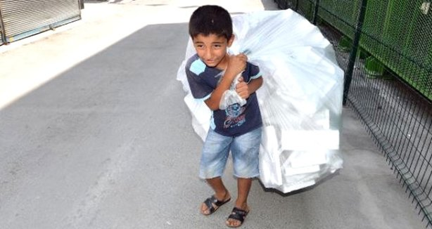 11 yaşındaki cuma çöplerden plastik toplayarak ailesine destek oluyor