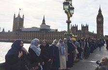 Müslüman kadınlar teröre karşı zincir oluşturdu
