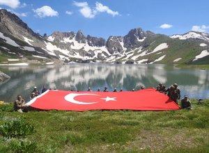 İkiyaka Dağları'nı teröristlerden temizleyen Mehmetçik dev Türk Bayrağı açtı
